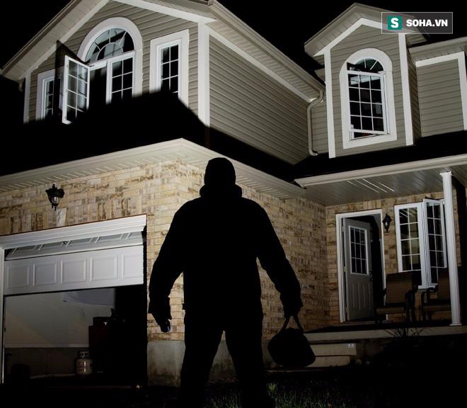Kỹ năng thoát hiểm: Kẻ xấu vào nhà có nên hô hoán, cầm dao, hoặc lao vào ăn thua đủ? - Ảnh 1.