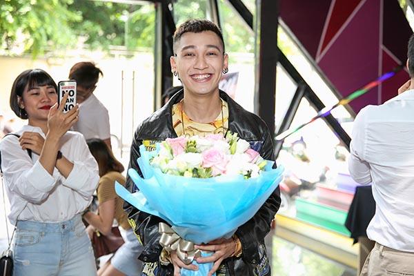 Kelvin Khánh ôm chặt đồng nghiệp nam trước mặt Khởi My - Ảnh 1.
