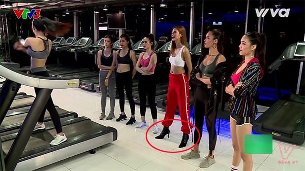 Hoàng Thùy lại để lộ khoảnh khắc ăn mặc khó hiểu trên sóng truyền hình - Ảnh 2.