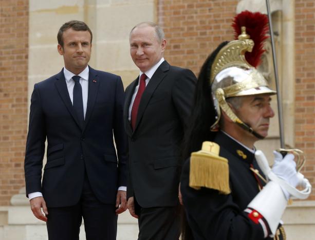 Ông Putin lặn lội sang Pháp gặp ông Macron: Chuyện của tình cảm và lý trí - Ảnh 1.