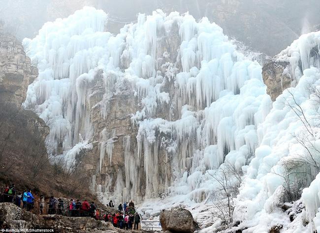 Những thác nước đóng băng đẹp hiếm thấy trên thế giới - Ảnh 4.