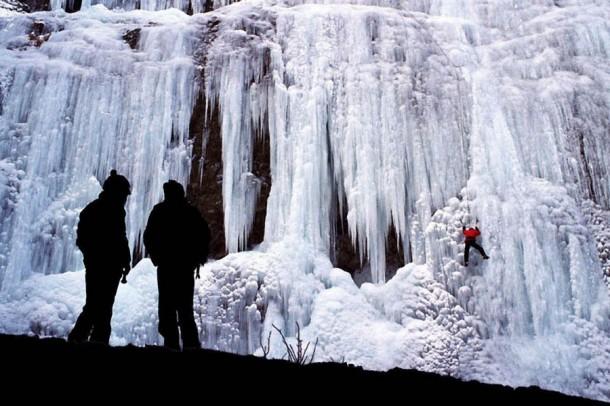Những thác nước đóng băng đẹp hiếm thấy trên thế giới - Ảnh 7.
