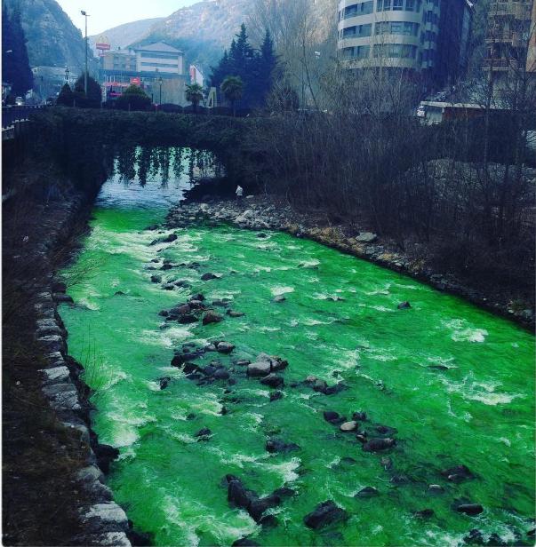 Sự thật không ai ngờ tới đằng sau con sông nước chuyển màu xanh ngắt, bị tố ô nhiễm - Ảnh 2.