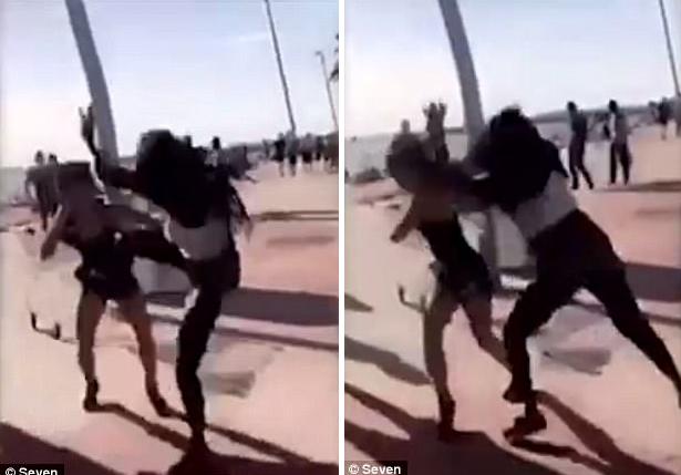 Clip: Hỗn chiến trên bãi biển, du khách bị hành hung, cướp giật trắng trợn - Ảnh 2.