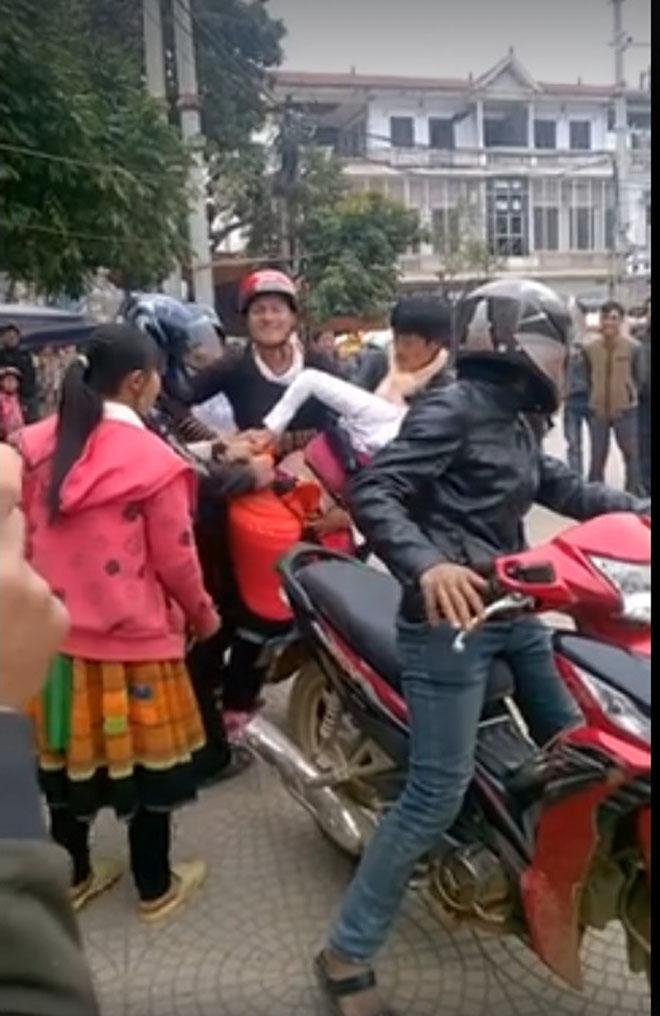 Cô gái bị bắt vợ đến tụt cả váy ở ngay trung tâm chợ thị trấn Phù Yên - Ảnh 1.