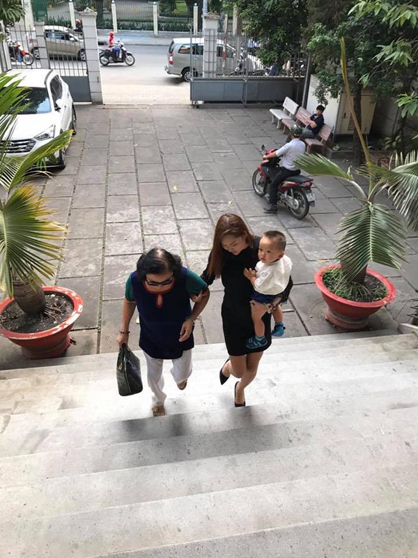 Phi Thanh Vân ôm con 5 tiếng tại tòa án, chồng vẫn không đến giải quyết ly hôn - Ảnh 2.