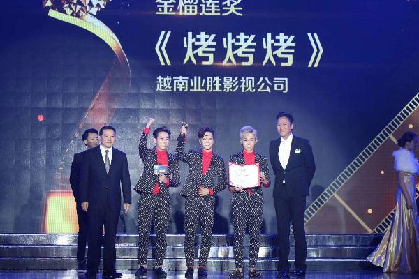 Nhóm nhạc HKT bất ngờ nhận giải thưởng tại Trung Quốc - Ảnh 1.