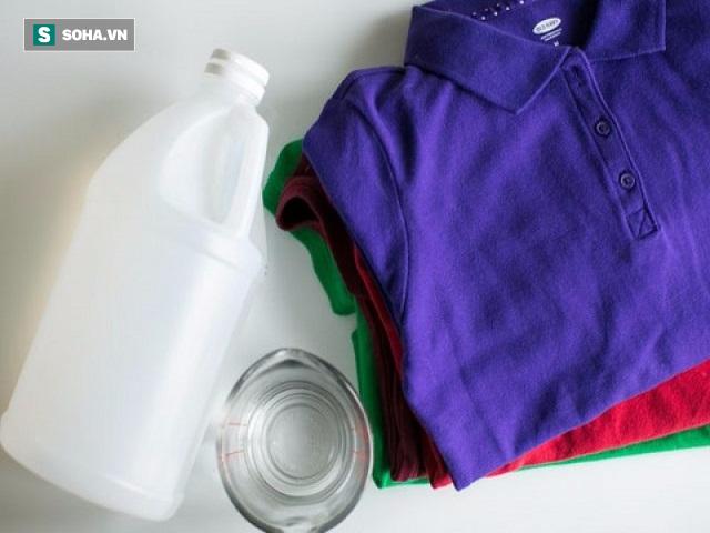 6 mẹo đánh bay mùi ẩm mốc khó chịu của quần áo mà không cần dùng đến hóa chất - Ảnh 1.