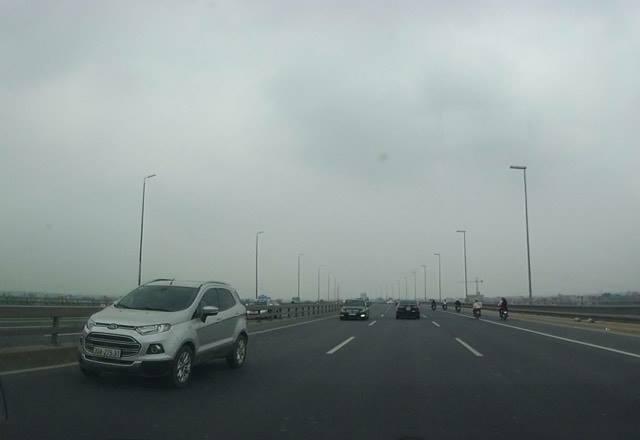 Hà Nội: Xác minh 5 ô tô nối đuôi nhau đi ngược chiều trên cầu Nhật Tân - Ảnh 1.