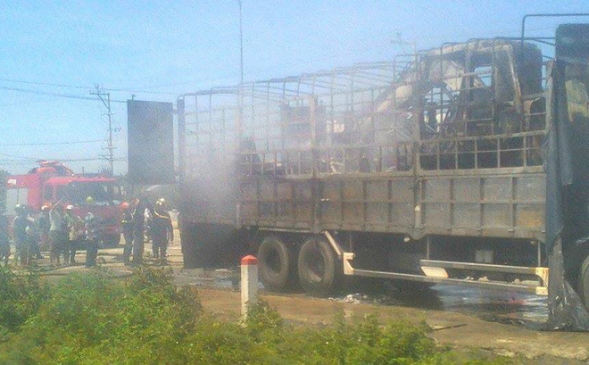 Xe tải bốc cháy dữ dội khi đang lưu thông trên quốc lộ 1A - Ảnh 1.