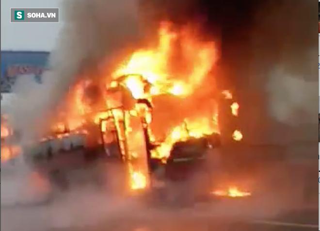 Xe giường nằm cháy như đuốc trên quốc lộ 1A - Ảnh 4.