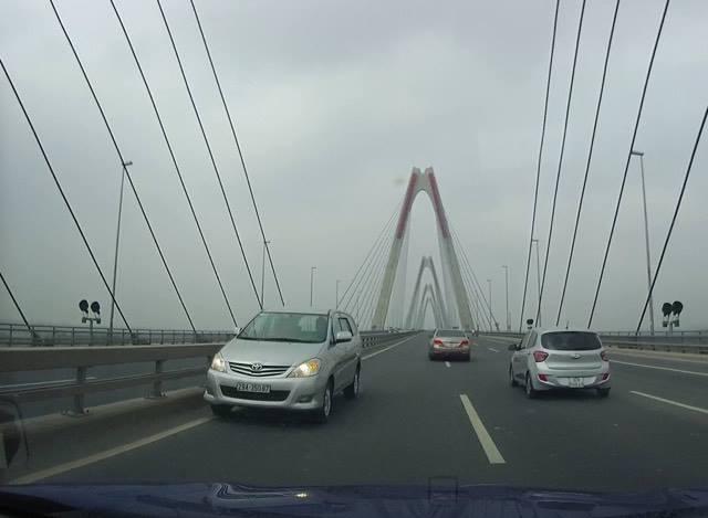 Hà Nội: Xác minh 5 ô tô nối đuôi nhau đi ngược chiều trên cầu Nhật Tân - Ảnh 3.