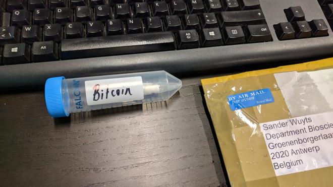 Câu đố về 1 Bitcoin ẩn chứa trong một sợi ADN sau gần 3 năm đã có lời giải - Ảnh 1.
