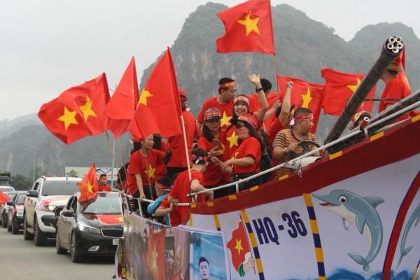 Đoàn người đổ về nhà thủ môn Tiến Dũng để xem trận chung kết U23 Châu Á chiều nay - Ảnh 1.