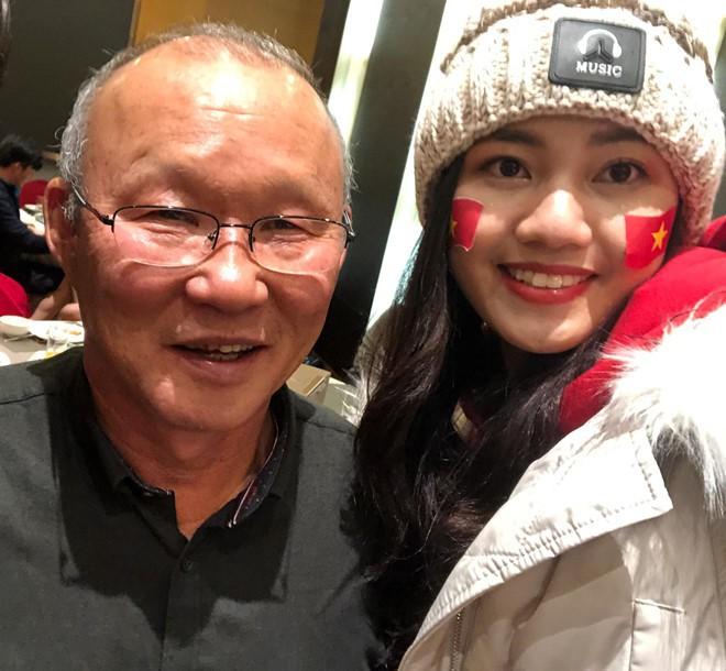 Mỹ nhân Vbiz đầu tiên được gặp thầy trò HLV Park Hang-seo sau chung kết là Á hậu Thanh Tú - Ảnh 1.