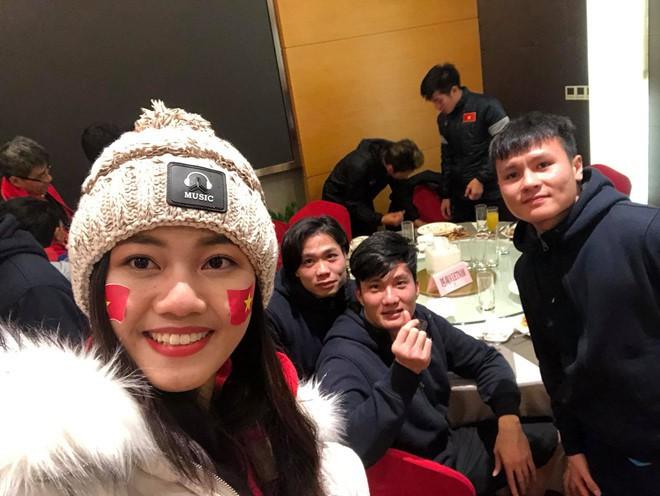 Mỹ nhân Vbiz đầu tiên được gặp thầy trò HLV Park Hang-seo sau chung kết là Á hậu Thanh Tú - Ảnh 2.