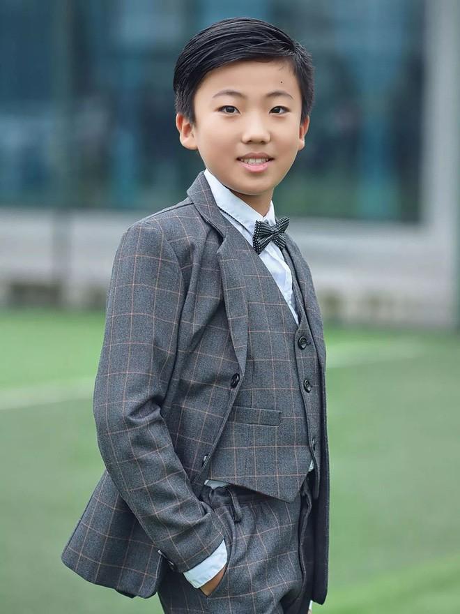 Cậu bé 10 tuổi tự học ở nhà, thành thạo 3 thứ tiếng, viết được 2 cuốn sách bằng tiếng Anh - Ảnh 1.