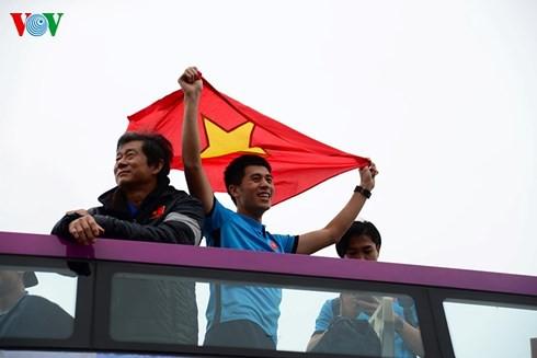 Bầu Đức, bầu Hiển… ở đâu trên chiếc xe diễu hành của U23 Việt Nam? - Ảnh 5.