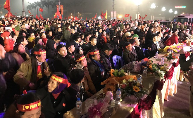 Công Phượng nhảy múa dưới trời mưa phùn nặng hạt ở Nghệ An - Ảnh 2.