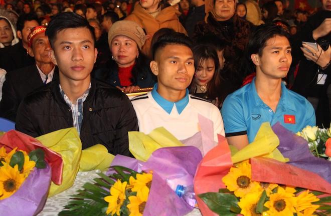 Công Phượng nhảy múa dưới trời mưa phùn nặng hạt ở Nghệ An - Ảnh 1.
