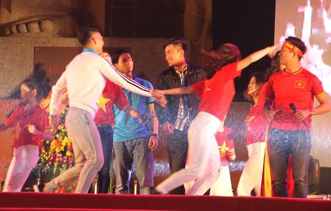 Công Phượng nhảy múa dưới trời mưa phùn nặng hạt ở Nghệ An - Ảnh 7.