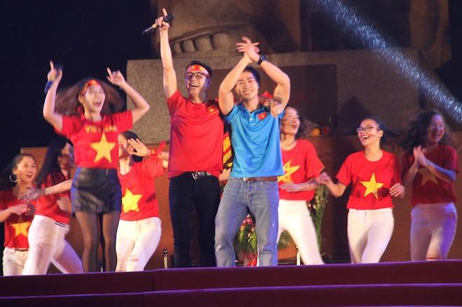 Công Phượng nhảy múa dưới trời mưa phùn nặng hạt ở Nghệ An - Ảnh 6.