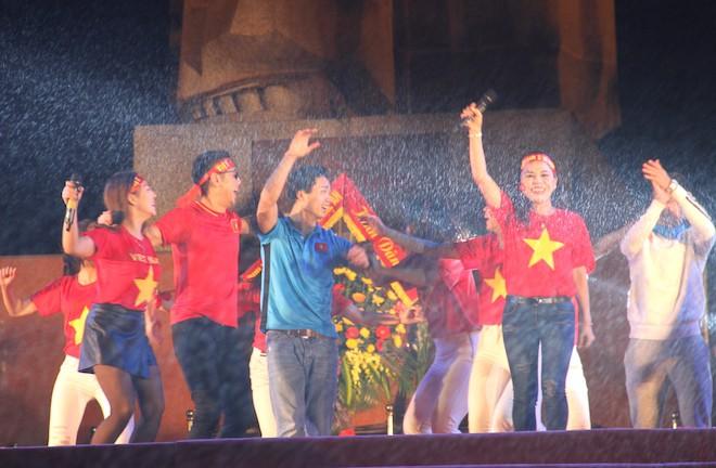 Công Phượng nhảy múa dưới trời mưa phùn nặng hạt ở Nghệ An - Ảnh 5.
