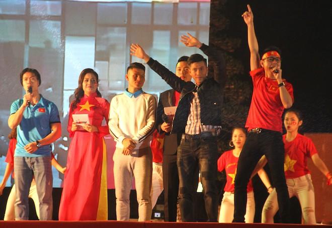 Công Phượng nhảy múa dưới trời mưa phùn nặng hạt ở Nghệ An - Ảnh 4.