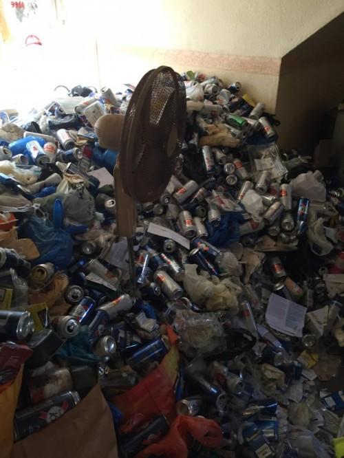 Cho thuê nhà 12 năm, chủ nhà khóc thét khi thấy căn phòng tan hoang như bãi rác - Ảnh 4.