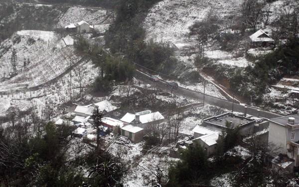 Sa Pa bất ngờ xuất hiện tuyết rơi dày đặc trong sáng nay - Ảnh 9.