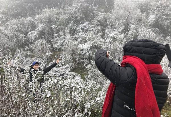 Sa Pa bất ngờ xuất hiện tuyết rơi dày đặc trong sáng nay - Ảnh 10.