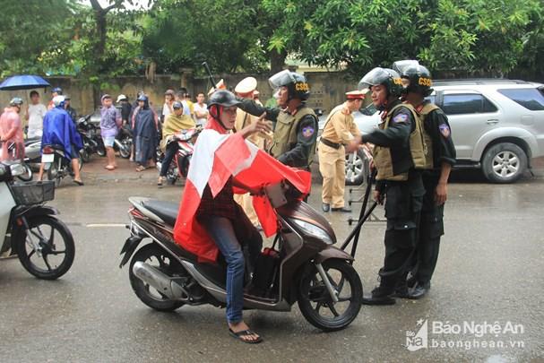 Cảnh sát dùng súng bắn tỉa vây bắt đối tượng cầm lựu đạn cố thủ trong nhà ở Nghệ An - Ảnh 15.