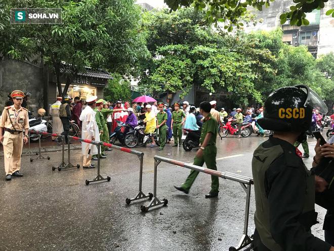 Cảnh sát dùng súng bắn tỉa vây bắt đối tượng cầm lựu đạn cố thủ trong nhà ở Nghệ An - Ảnh 17.