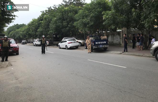Cảnh sát dùng súng bắn tỉa vây bắt đối tượng cầm lựu đạn cố thủ trong nhà ở Nghệ An - Ảnh 34.