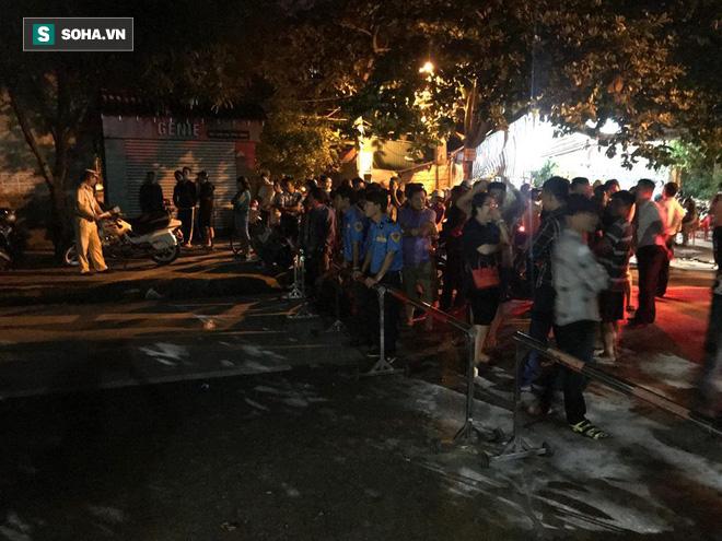 Cảnh sát dùng súng bắn tỉa vây bắt đối tượng cầm lựu đạn cố thủ trong nhà ở Nghệ An - Ảnh 2.