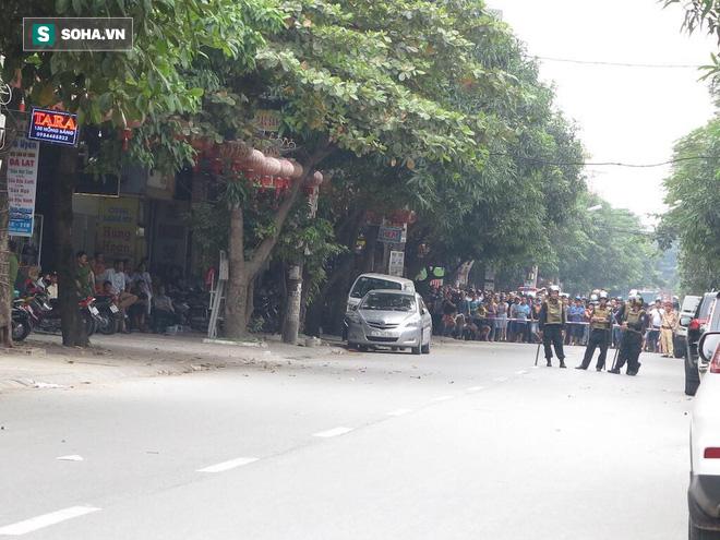 Cảnh sát dùng súng bắn tỉa vây bắt đối tượng cầm lựu đạn cố thủ trong nhà ở Nghệ An - Ảnh 22.