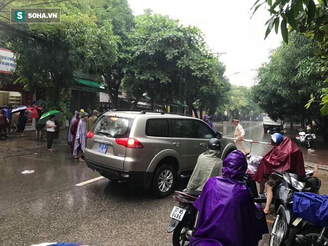 Cảnh sát dùng súng bắn tỉa vây bắt đối tượng cầm lựu đạn cố thủ trong nhà ở Nghệ An - Ảnh 14.