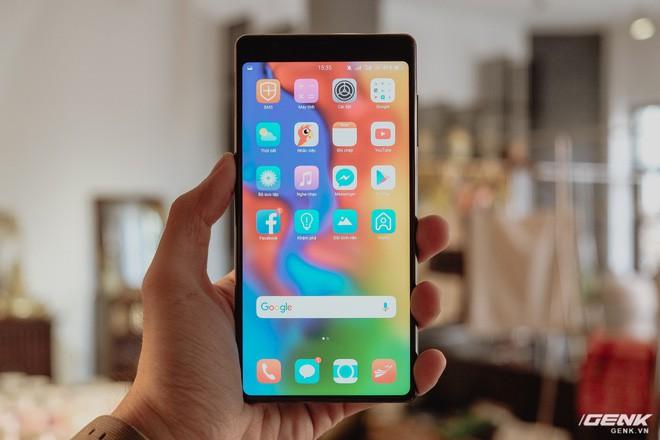 Đây là Bphone 3 với màn hình tràn đáy: Chiếc smartphone không cằm nhưng có trán thật là cao - Ảnh 2.