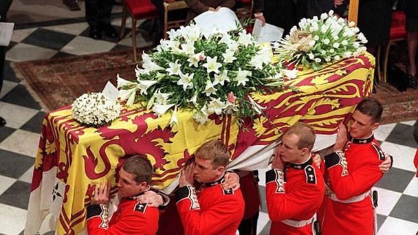 Bí mật ít biết đằng sau vòng hoa hồng màu trắng cùng dòng chữ khiêm tốn trên quan tài của Công nương Diana khiến nhiều người phải rơi lệ - Ảnh 1.