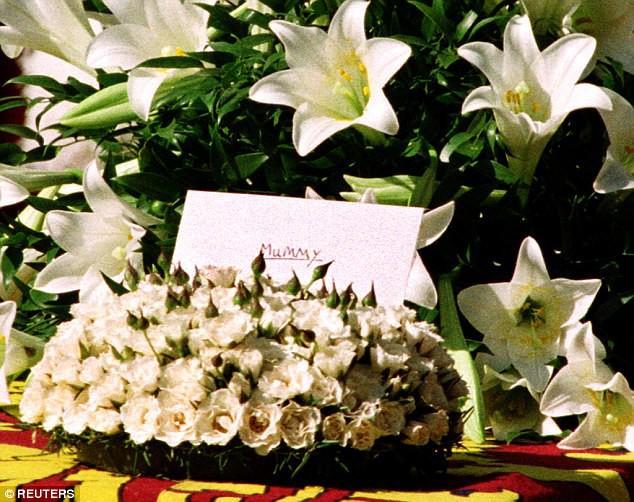 Bí mật ít biết đằng sau vòng hoa hồng màu trắng cùng dòng chữ khiêm tốn trên quan tài của Công nương Diana khiến nhiều người phải rơi lệ - Ảnh 2.