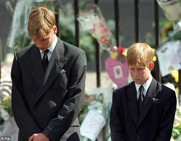 Bí mật ít biết đằng sau vòng hoa hồng màu trắng cùng dòng chữ khiêm tốn trên quan tài của Công nương Diana khiến nhiều người phải rơi lệ - Ảnh 4.