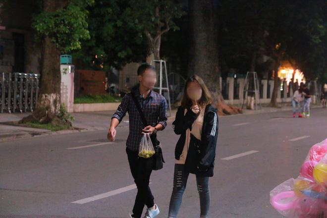 Nhiệt độ Hà Nội đột ngột giảm mạnh, người dân mặc áo ấm ra đường - Ảnh 7.