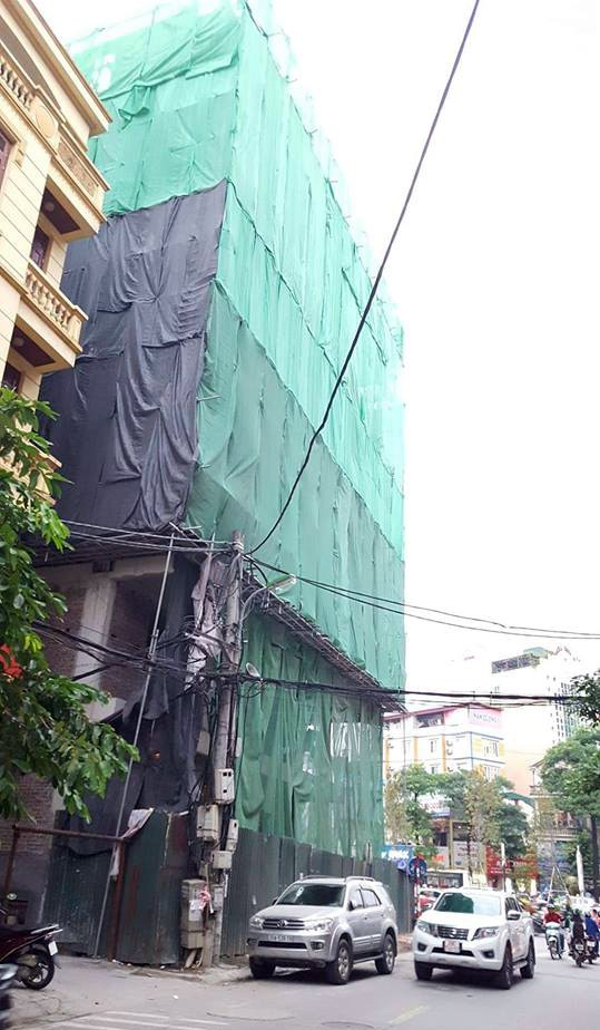 Hà Nội: Thanh sắt từ công trình xây dựng rơi xuống đâm thủng ô tô 7 chỗ - Ảnh 5.