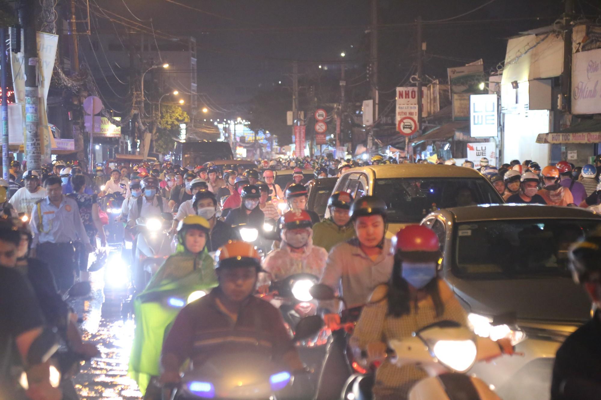 Sài Gòn ùn tắc kinh hoàng sau mưa lớn, trẻ em ngủ gục trên vai ba mẹ ngoài đường - Ảnh 2.