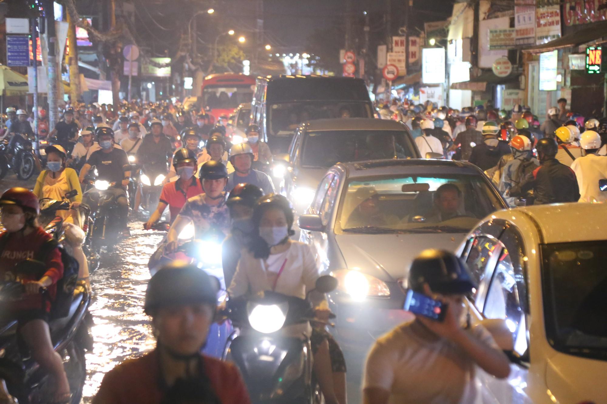 Sài Gòn ùn tắc kinh hoàng sau mưa lớn, trẻ em ngủ gục trên vai ba mẹ ngoài đường - Ảnh 3.