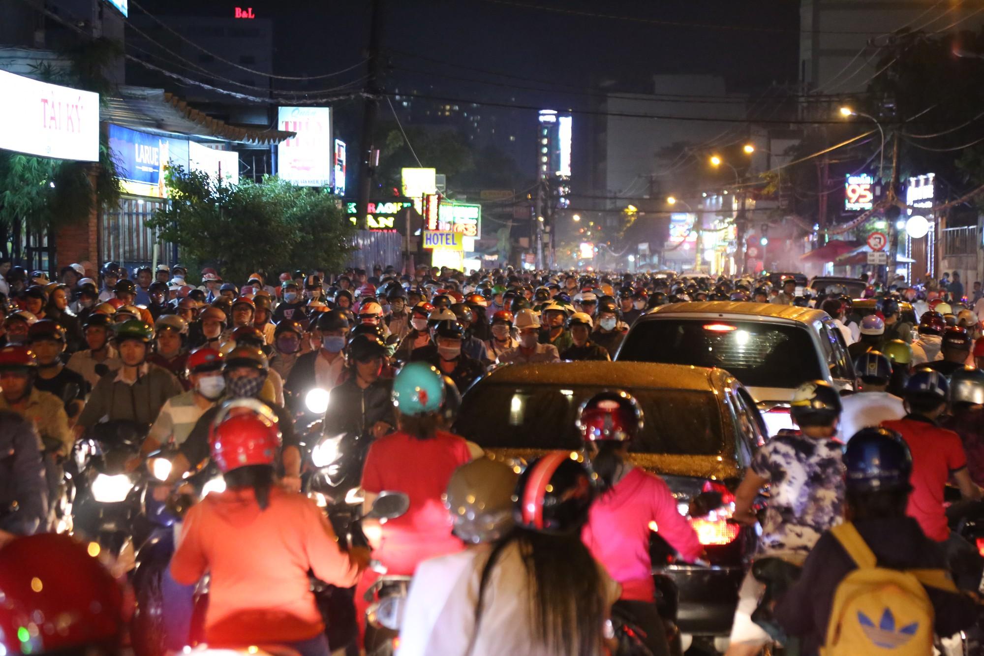 Sài Gòn ùn tắc kinh hoàng sau mưa lớn, trẻ em ngủ gục trên vai ba mẹ ngoài đường - Ảnh 4.