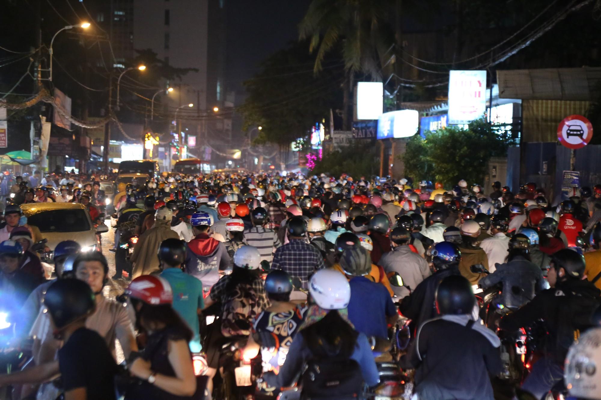 Sài Gòn ùn tắc kinh hoàng sau mưa lớn, trẻ em ngủ gục trên vai ba mẹ ngoài đường - Ảnh 5.