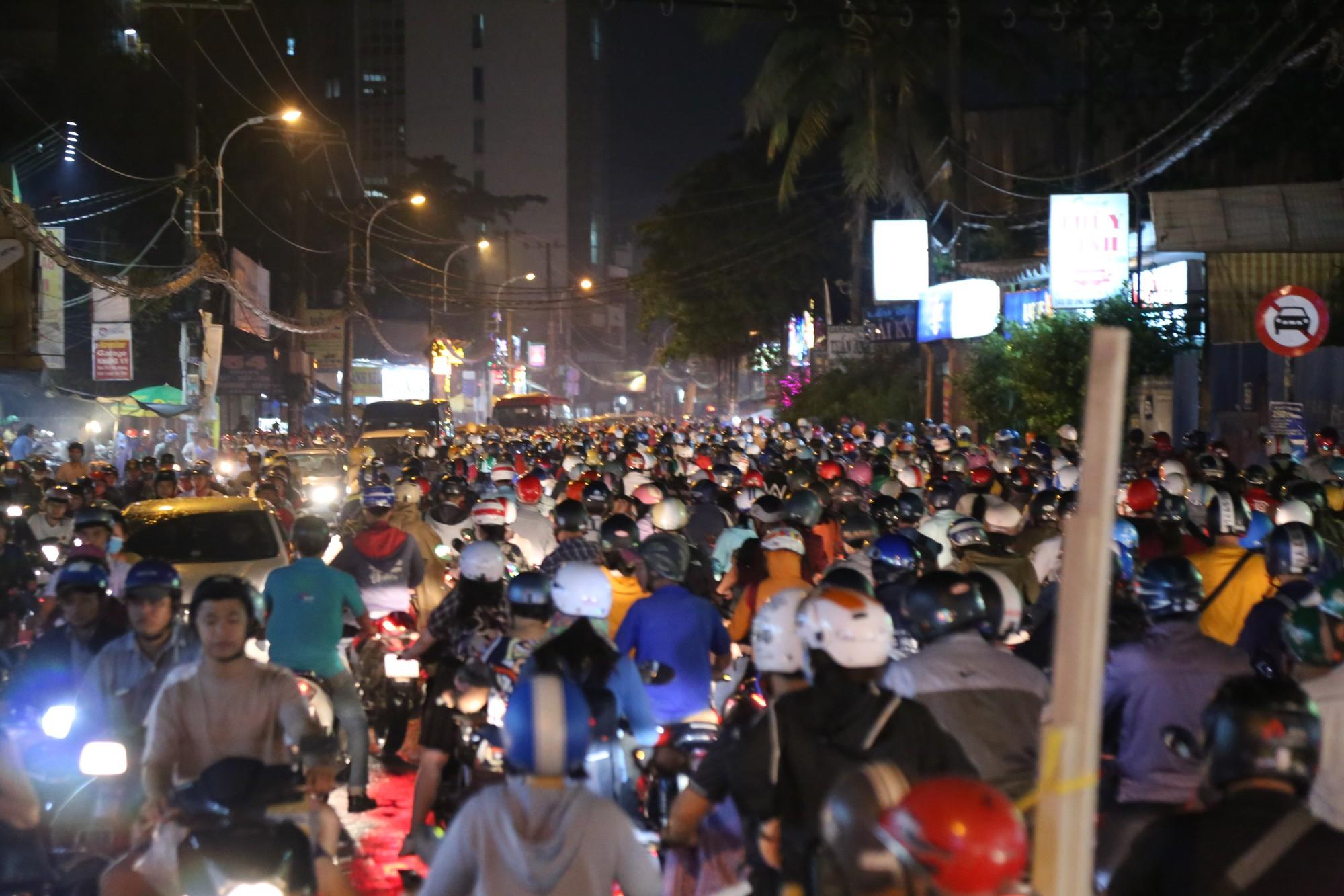 Sài Gòn ùn tắc kinh hoàng sau mưa lớn, trẻ em ngủ gục trên vai ba mẹ ngoài đường - Ảnh 6.