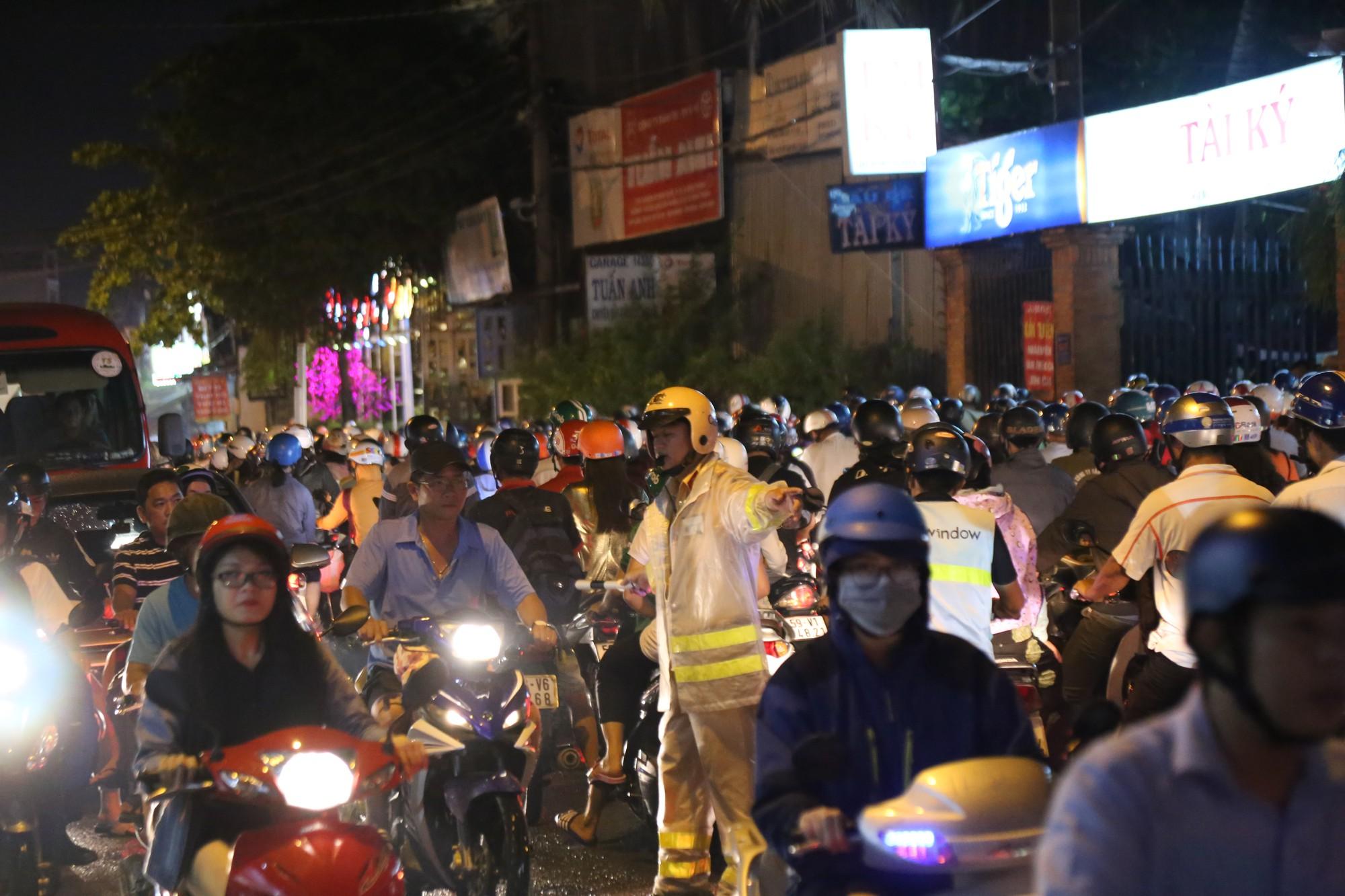 Sài Gòn ùn tắc kinh hoàng sau mưa lớn, trẻ em ngủ gục trên vai ba mẹ ngoài đường - Ảnh 7.