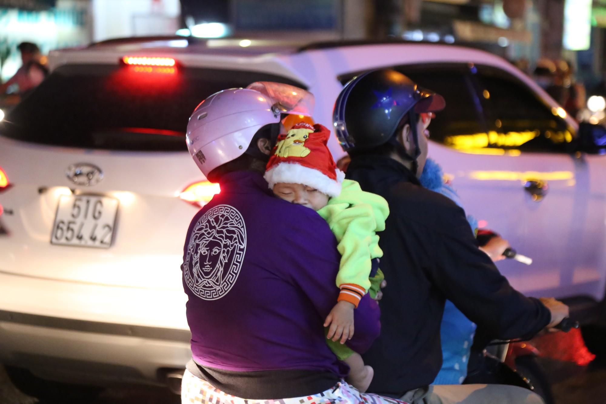 Sài Gòn ùn tắc kinh hoàng sau mưa lớn, trẻ em ngủ gục trên vai ba mẹ ngoài đường - Ảnh 10.